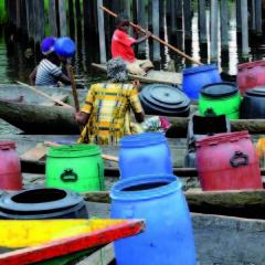 Affluence multicolore pour l'eau si rare, Ganvié 2013