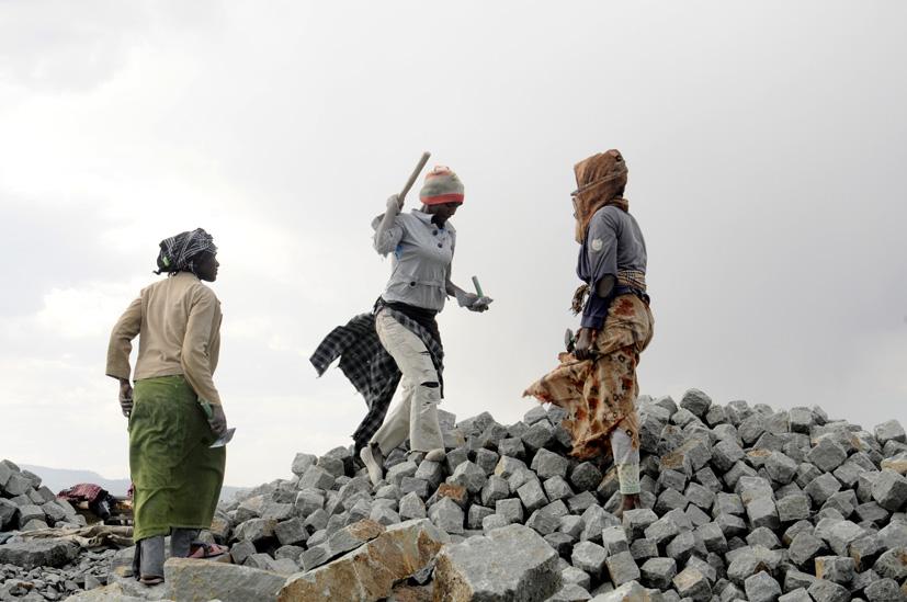 Casser la vaste fontaine de pierres, Addis Abeba, Ethiopie 2014