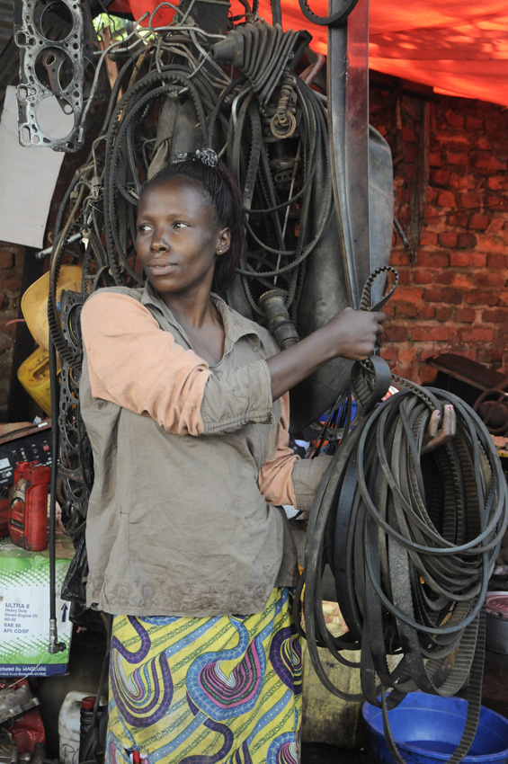 Brin de féminité dans la dureté du travail, Lubumbashi, RDC 2015
