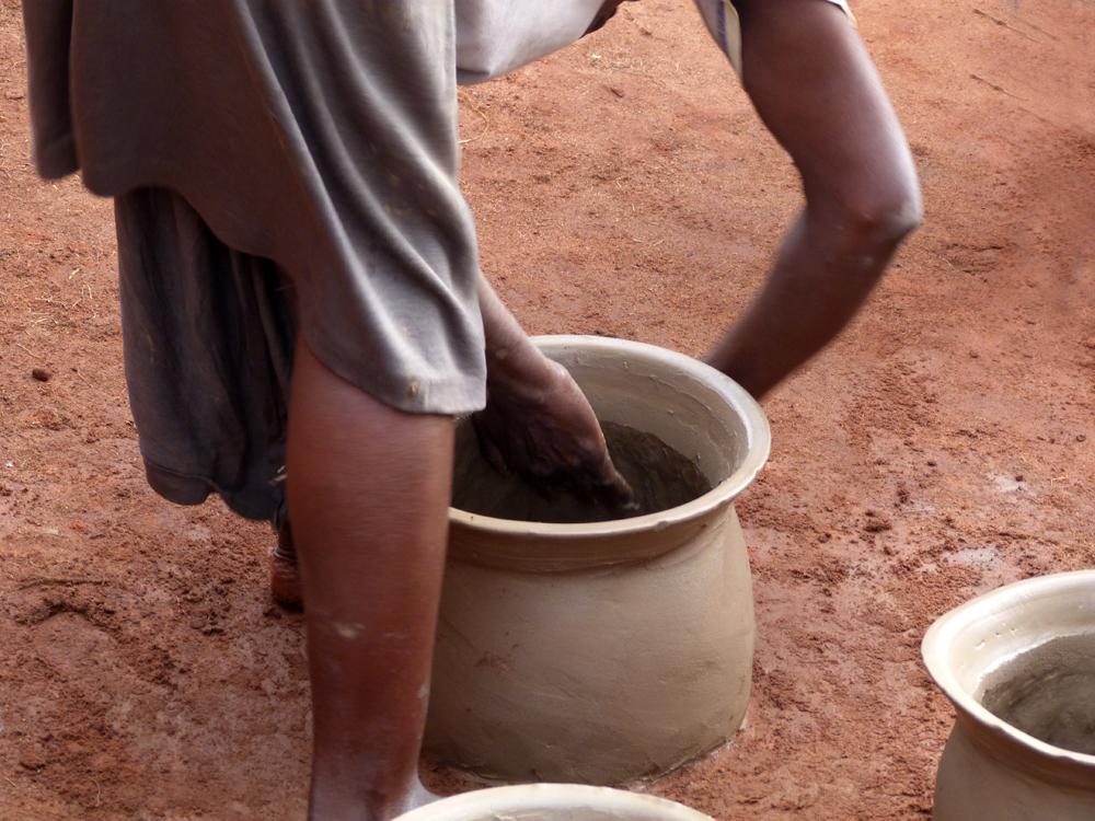 Courbée pour créer, Djakotomey, Bénin 2013