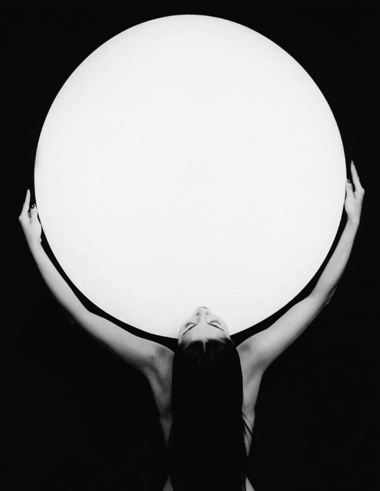 Femme portant l'univers